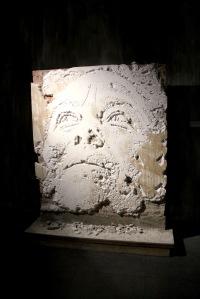 2013-03-06 (62) Scratching the surface serie 4, Mur en briques recouvert de ciment et de plâtre, gravé au marteau-piqueur, au burin et au cutter, 2012, Vhils, réal pour expo