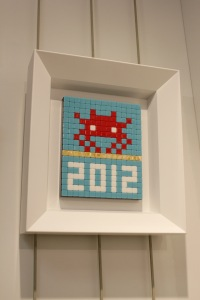 Art urbain - Invader, (France), Alias_MIA 29, 2012, Micros carreaux de mosaiques collés sur plexiglass