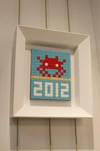 Art urbain - Invader, (France), Alias_MIA 29, 2012, Micros carreaux de mosaiques collés sur plexiglass